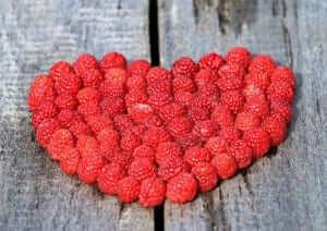 תמונה של לב אדום עשוי מפירות יער
