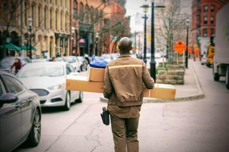 תמונה של שליח ברחוב